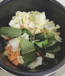 圧力鍋に入れる野菜をカットした写真