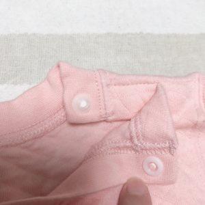 首元のスナップボタンが付いたユニクロのキルトパジャマ